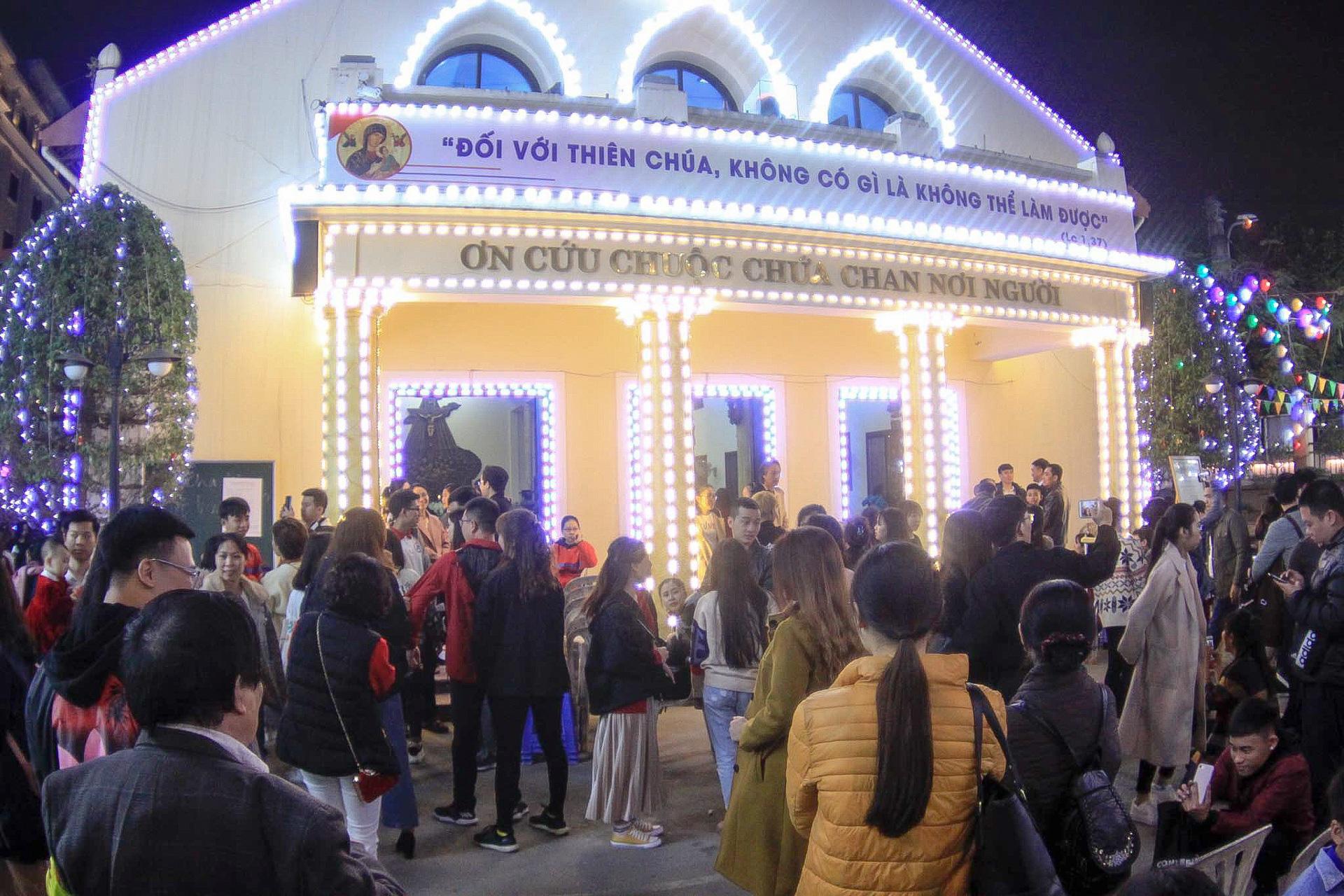 Hà Nội: Người dân đổ ra đường đón Giáng sinh, nhiều tuyến đường'tắc không lối thoát' - Ảnh 8.