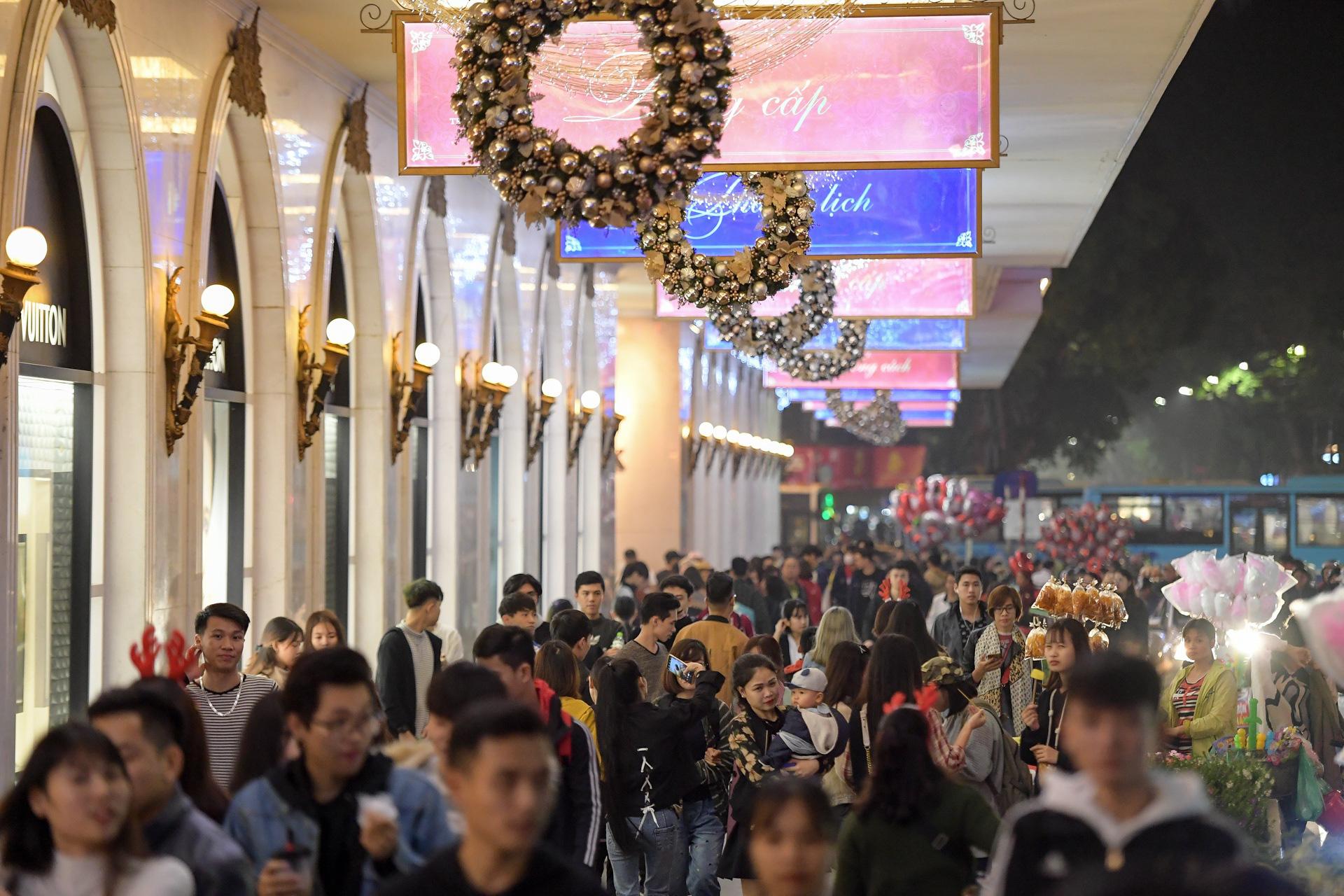 Hà Nội: Người dân đổ ra đường đón Giáng sinh, nhiều tuyến đường'tắc không lối thoát' - Ảnh 4.