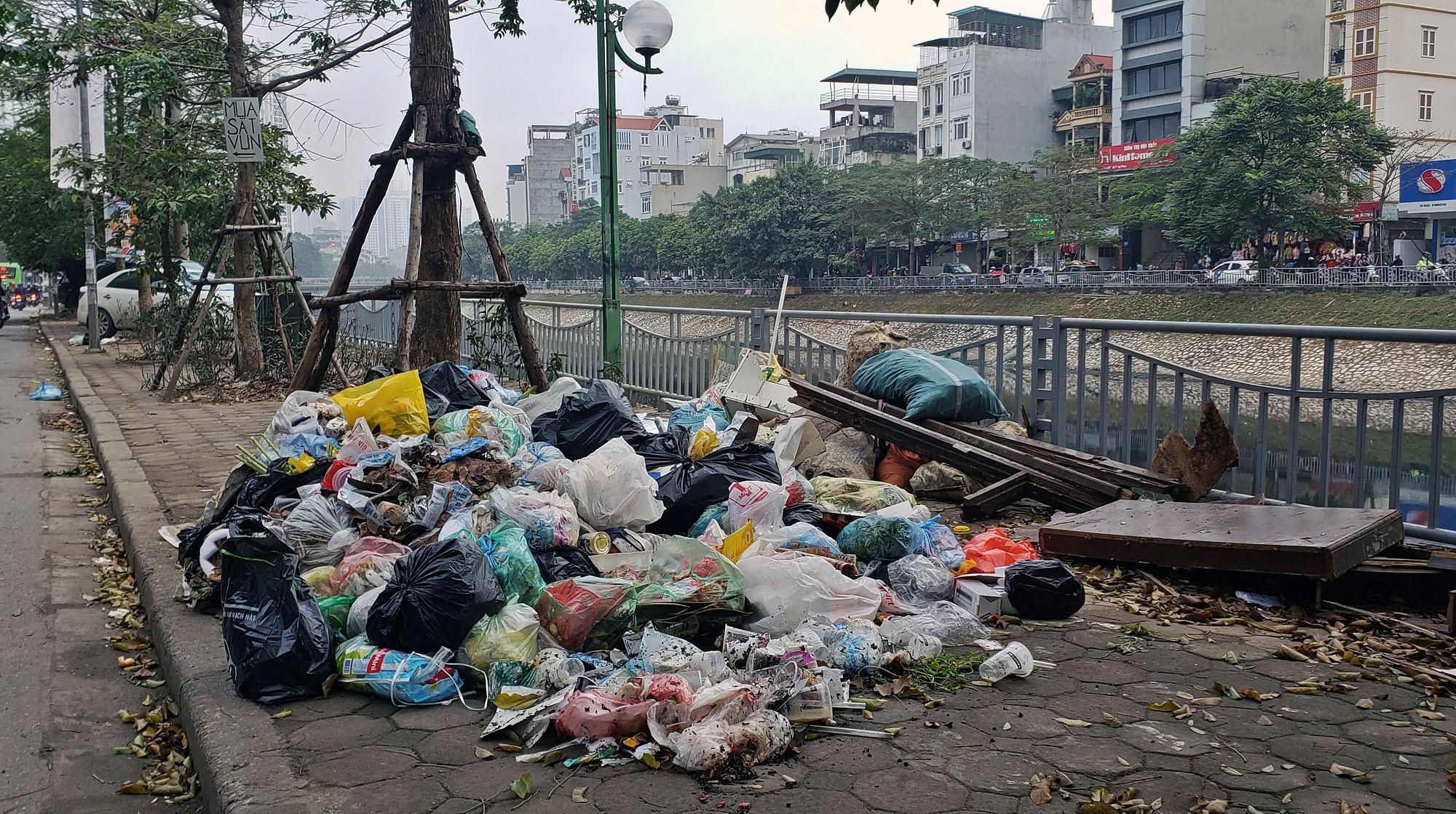 Người dân chặn xe vào bãi rác Nam Sơn, rác thải ở Hà Nội chất đống trên phố - Ảnh 11.