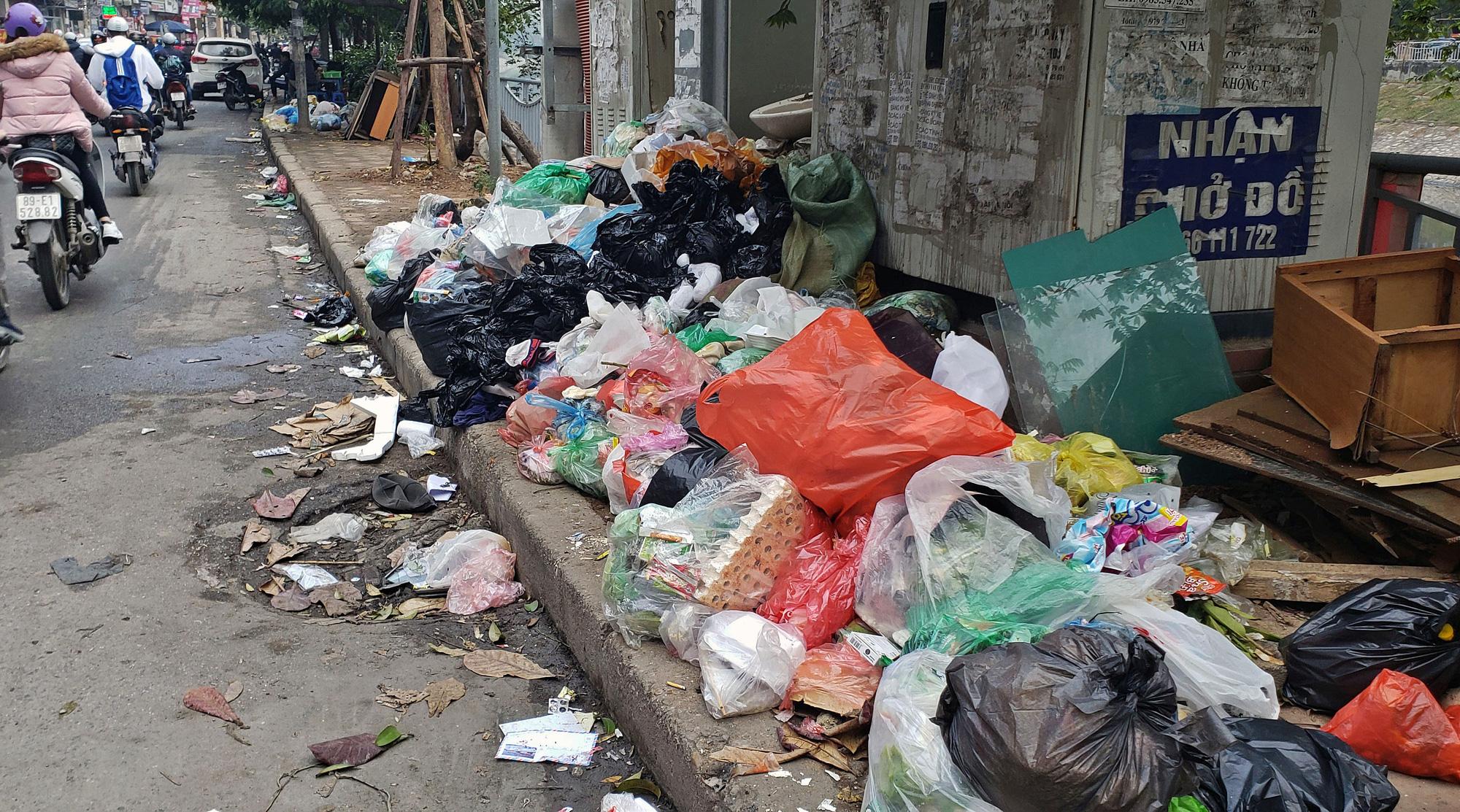 Người dân chặn xe vào bãi rác Nam Sơn, rác thải ở Hà Nội chất đống trên phố - Ảnh 12.