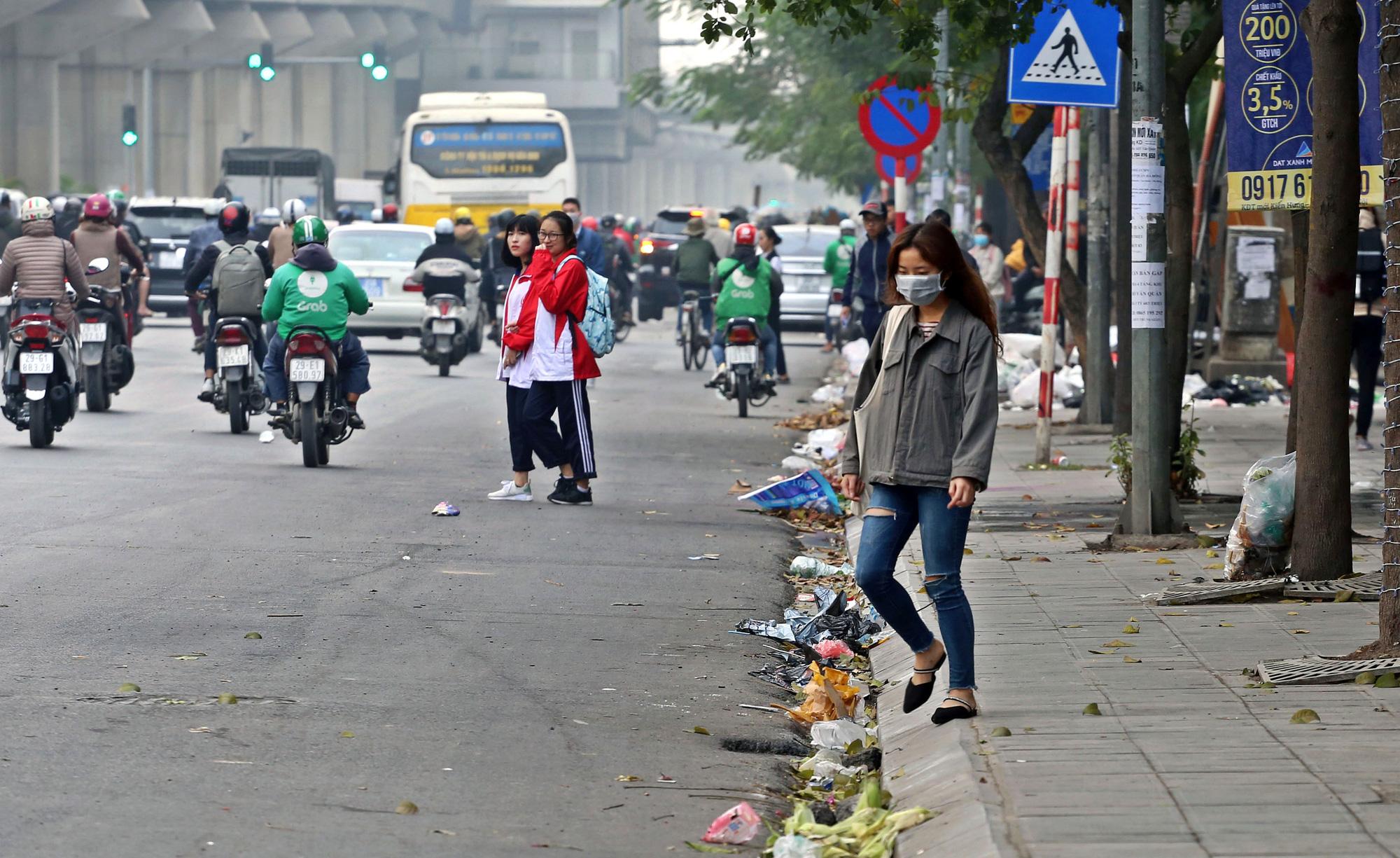 Người dân chặn xe vào bãi rác Nam Sơn, rác thải ở Hà Nội chất đống trên phố - Ảnh 13.