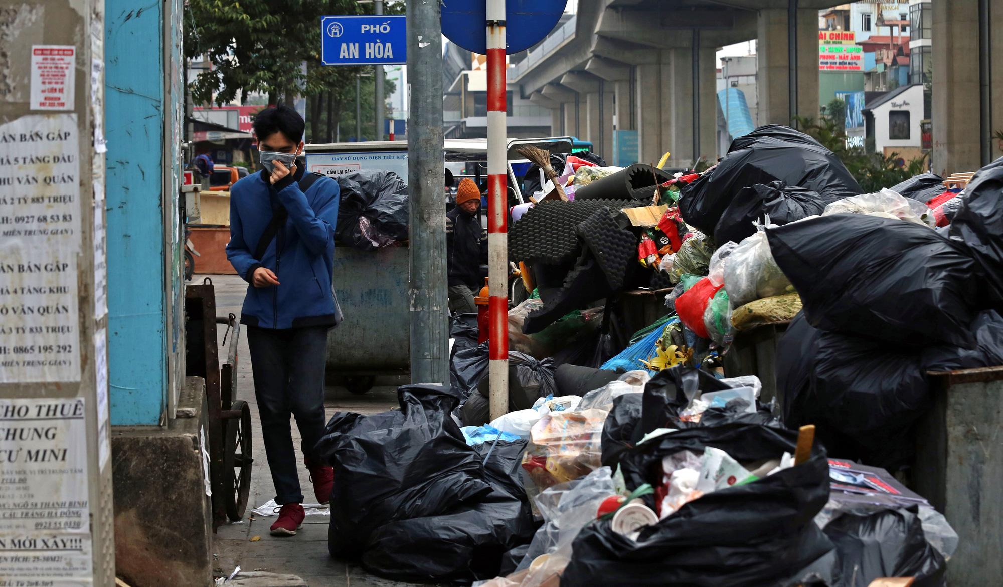 Người dân chặn xe vào bãi rác Nam Sơn, rác thải ở Hà Nội chất đống trên phố - Ảnh 3.