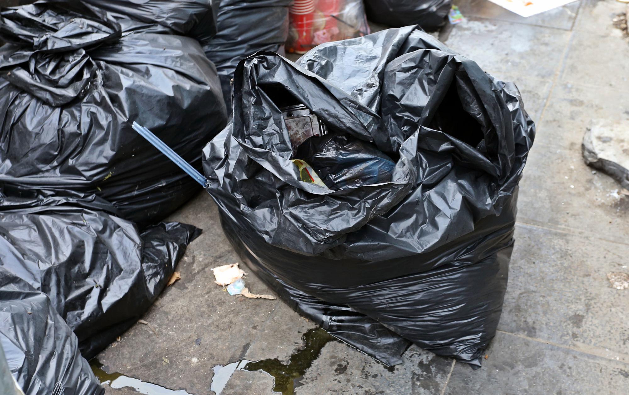 Người dân chặn xe vào bãi rác Nam Sơn, rác thải ở Hà Nội chất đống trên phố - Ảnh 4.