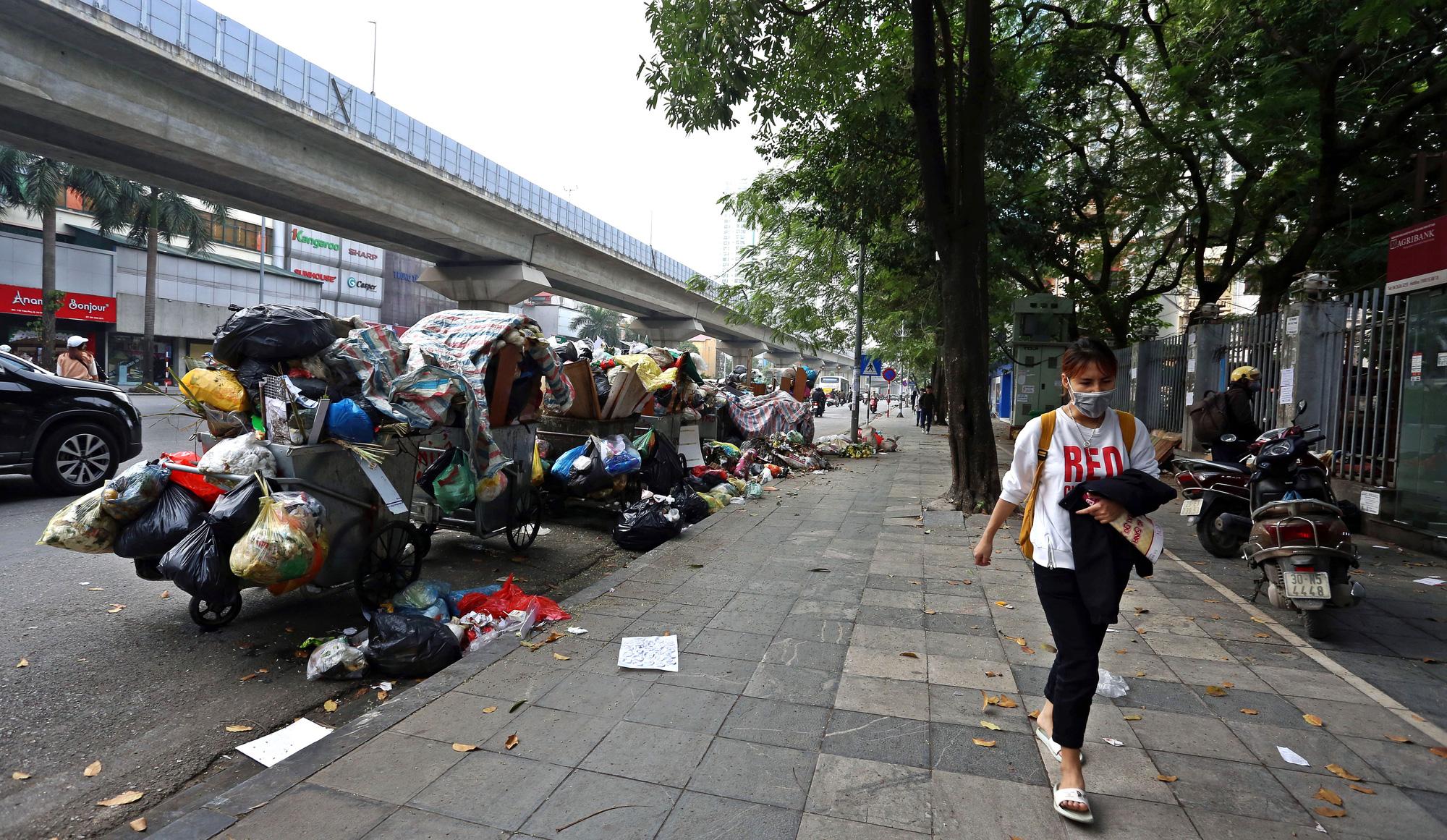 Người dân chặn xe vào bãi rác Nam Sơn, rác thải ở Hà Nội chất đống trên phố - Ảnh 5.