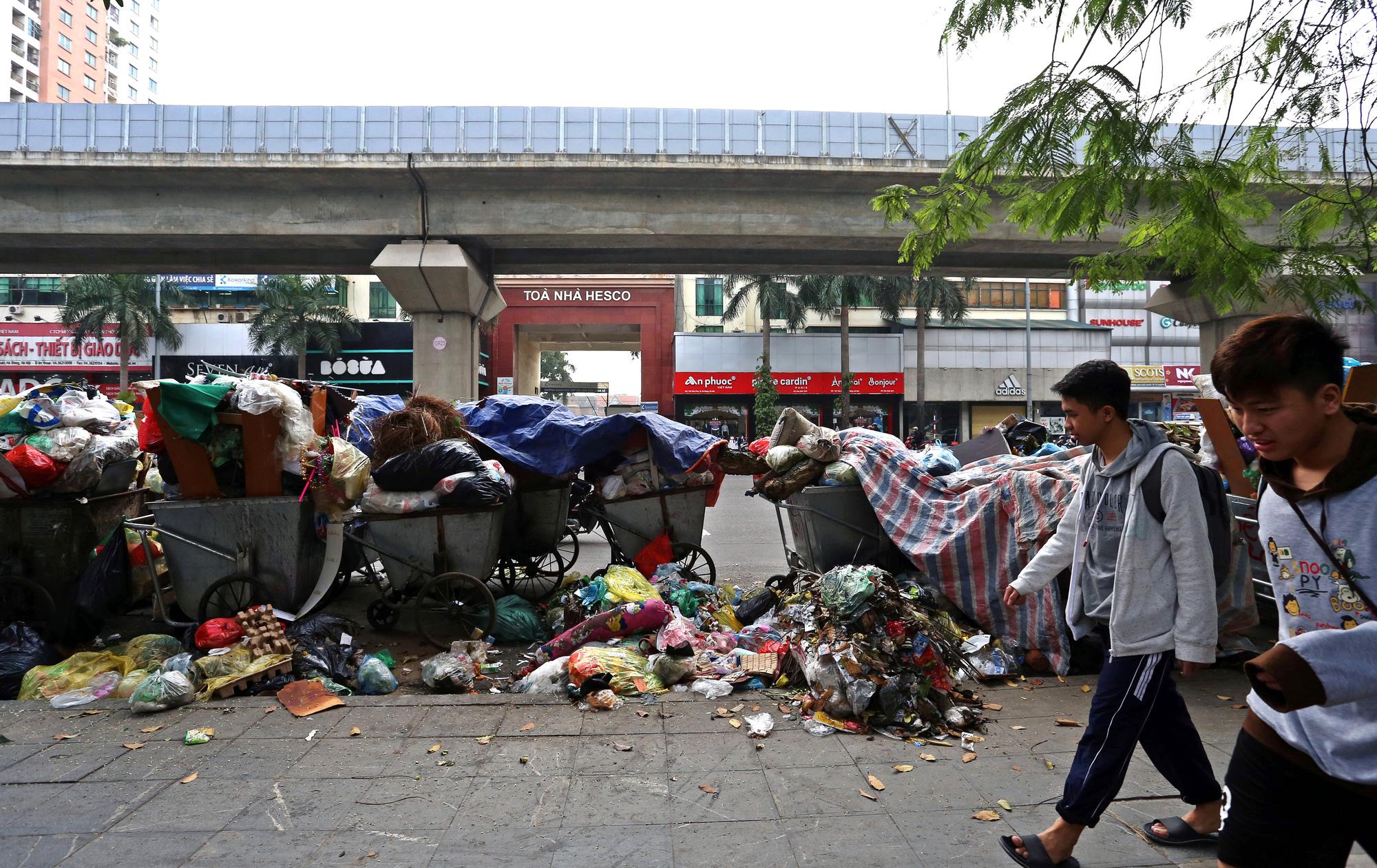 Người dân chặn xe vào bãi rác Nam Sơn, rác thải ở Hà Nội chất đống trên phố - Ảnh 6.