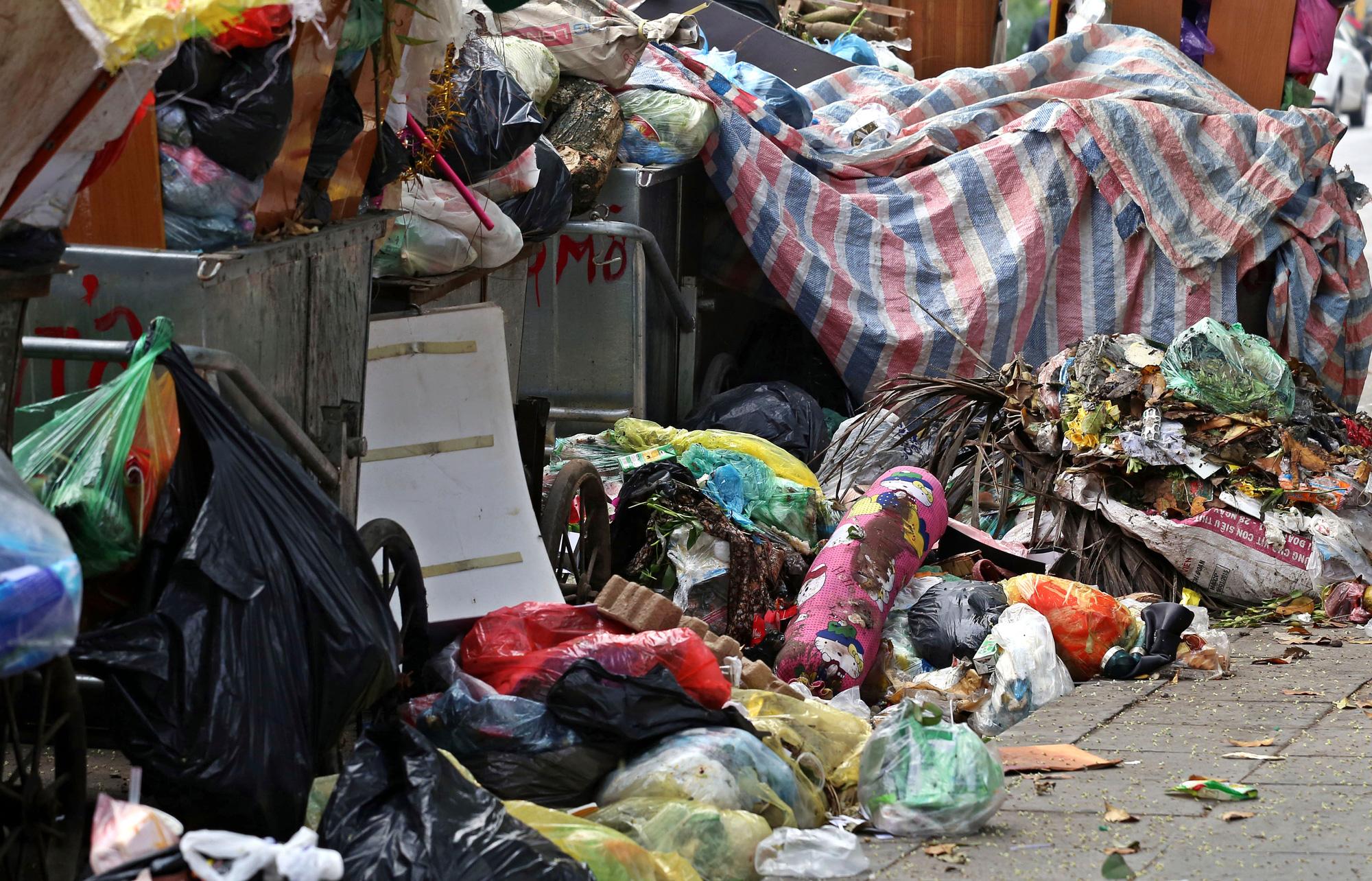 Người dân chặn xe vào bãi rác Nam Sơn, rác thải ở Hà Nội chất đống trên phố - Ảnh 7.