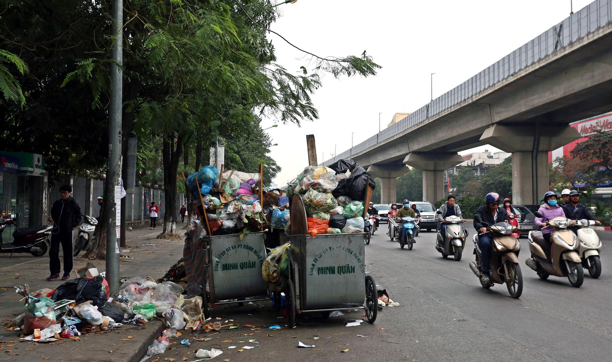 Người dân chặn xe vào bãi rác Nam Sơn, rác thải ở Hà Nội chất đống trên phố - Ảnh 8.