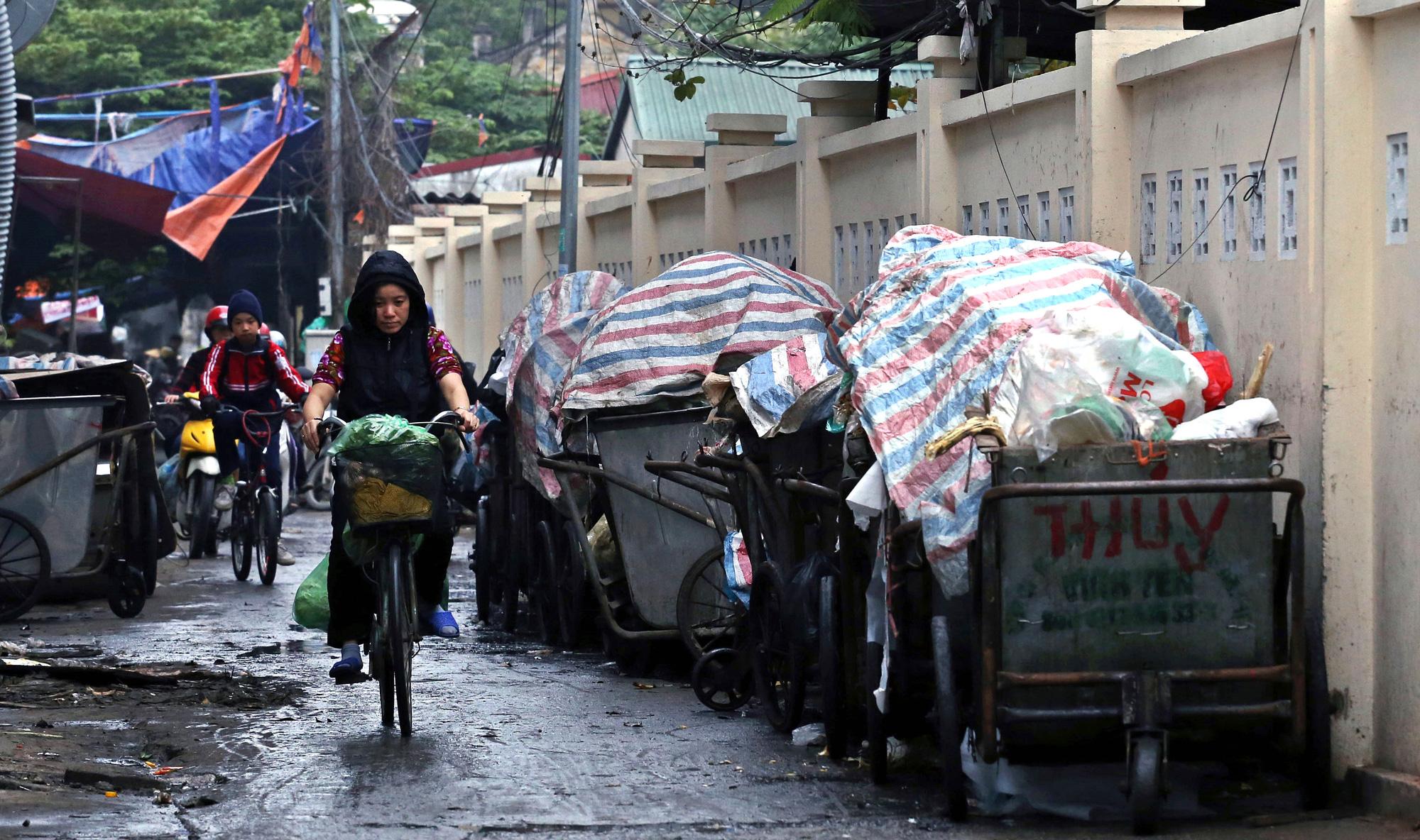 Người dân chặn xe vào bãi rác Nam Sơn, rác thải ở Hà Nội chất đống trên phố - Ảnh 9.