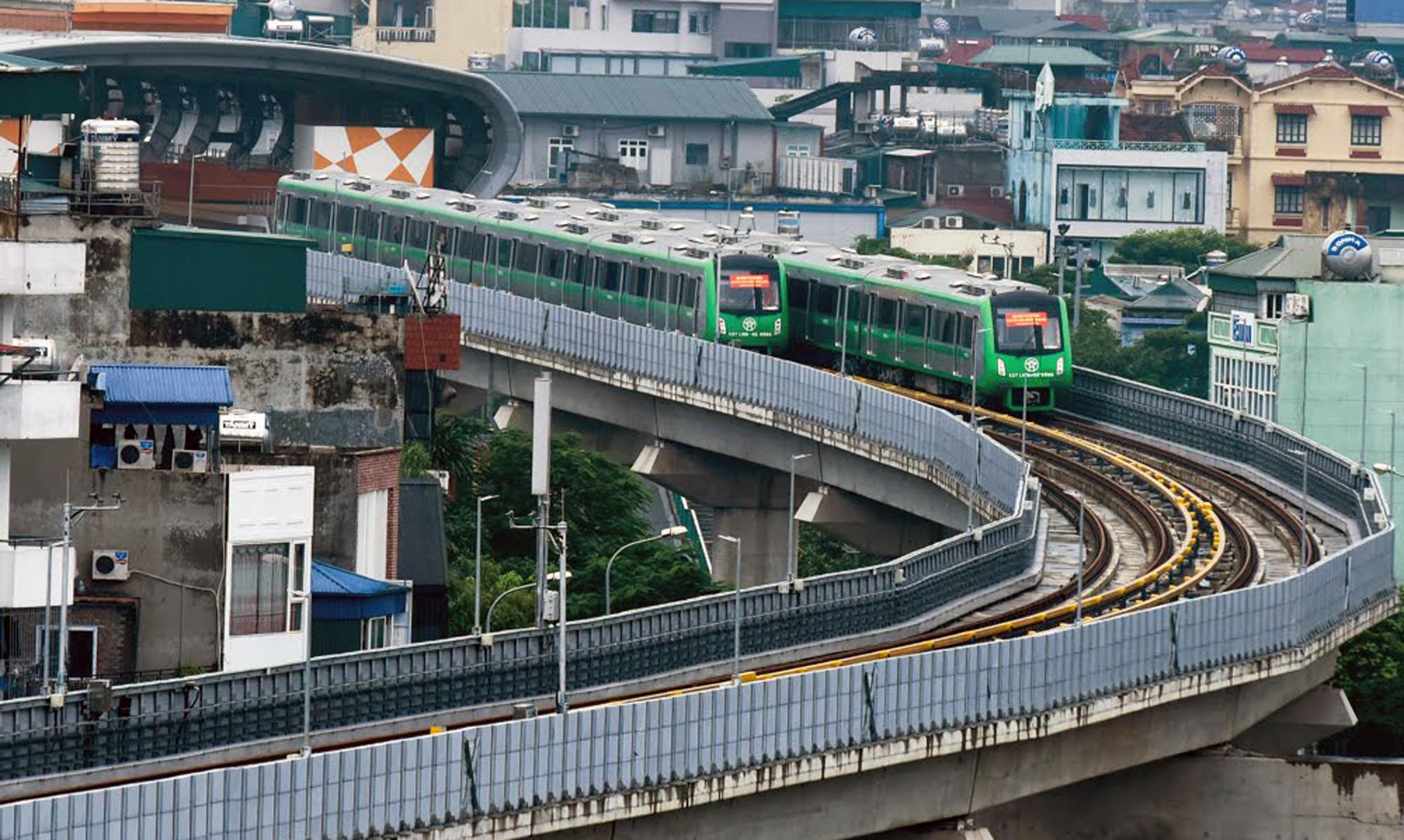 Hạn chế xe cá nhân chống ùn tắc và ô nhiễm không khí ở Hà Nội: Còn chờ xe buýt, tàu điện? - Ảnh 2.