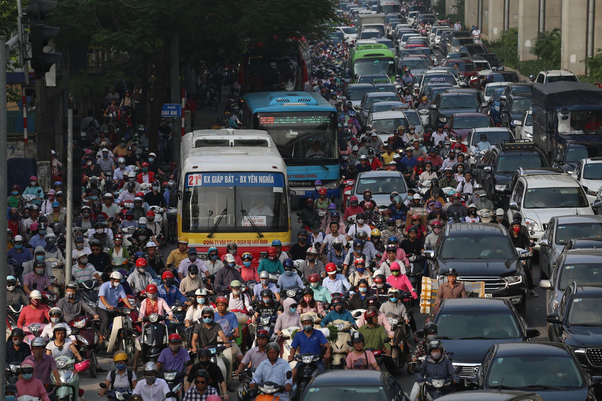 Ùn tắc và ô nhiễm không khí ở Hà Nội: Hạn chế xe cá nhân vẫn là 'bài toán' nhạy cảm - Ảnh 3.