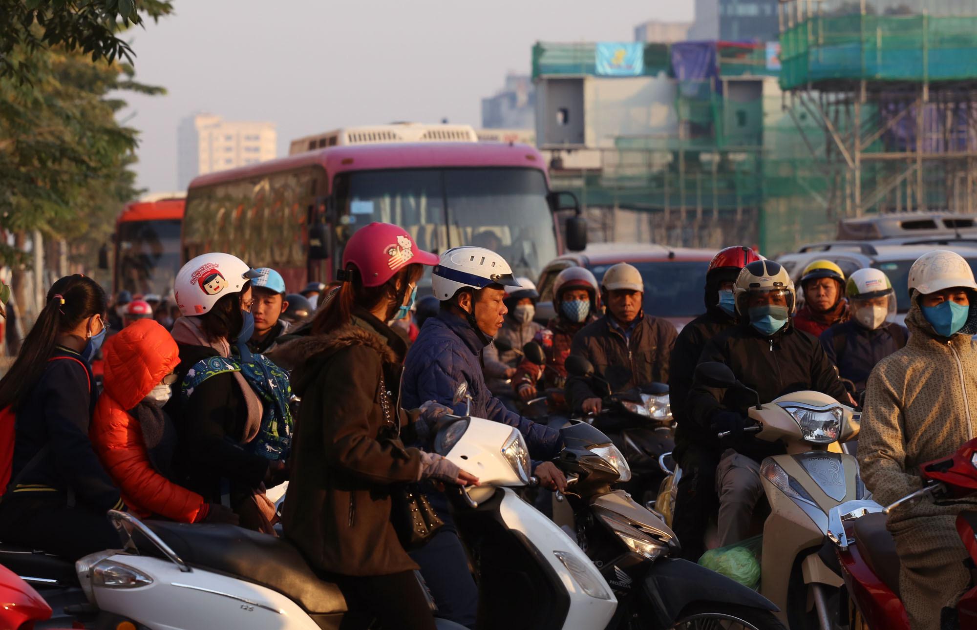 Ùn tắc và ô nhiễm không khí ở Hà Nội: Hạn chế xe cá nhân vẫn là 'bài toán' nhạy cảm - Ảnh 2.