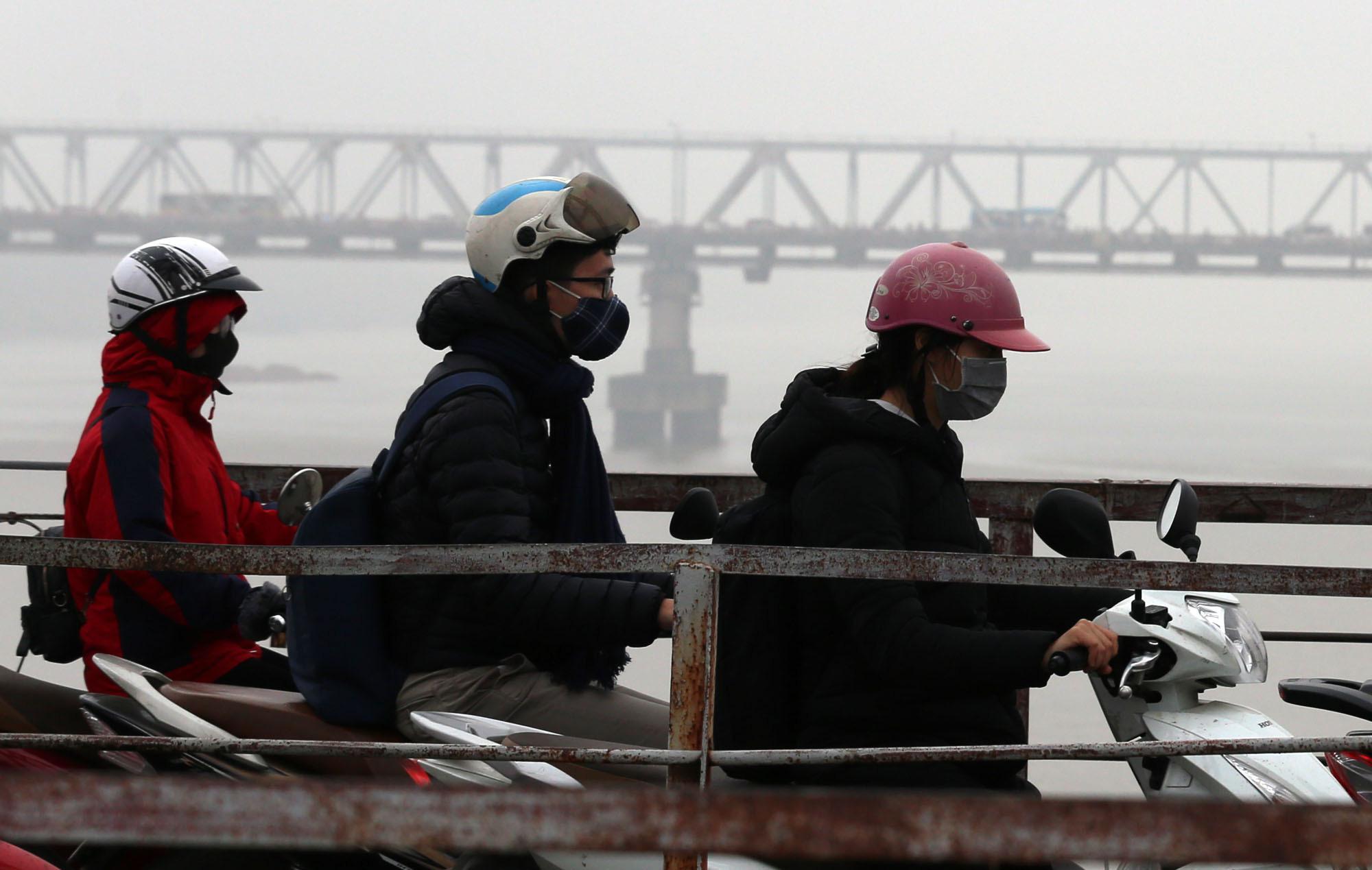 Ùn tắc và ô nhiễm không khí ở Hà Nội: Hạn chế xe cá nhân vẫn là 'bài toán' nhạy cảm - Ảnh 1.