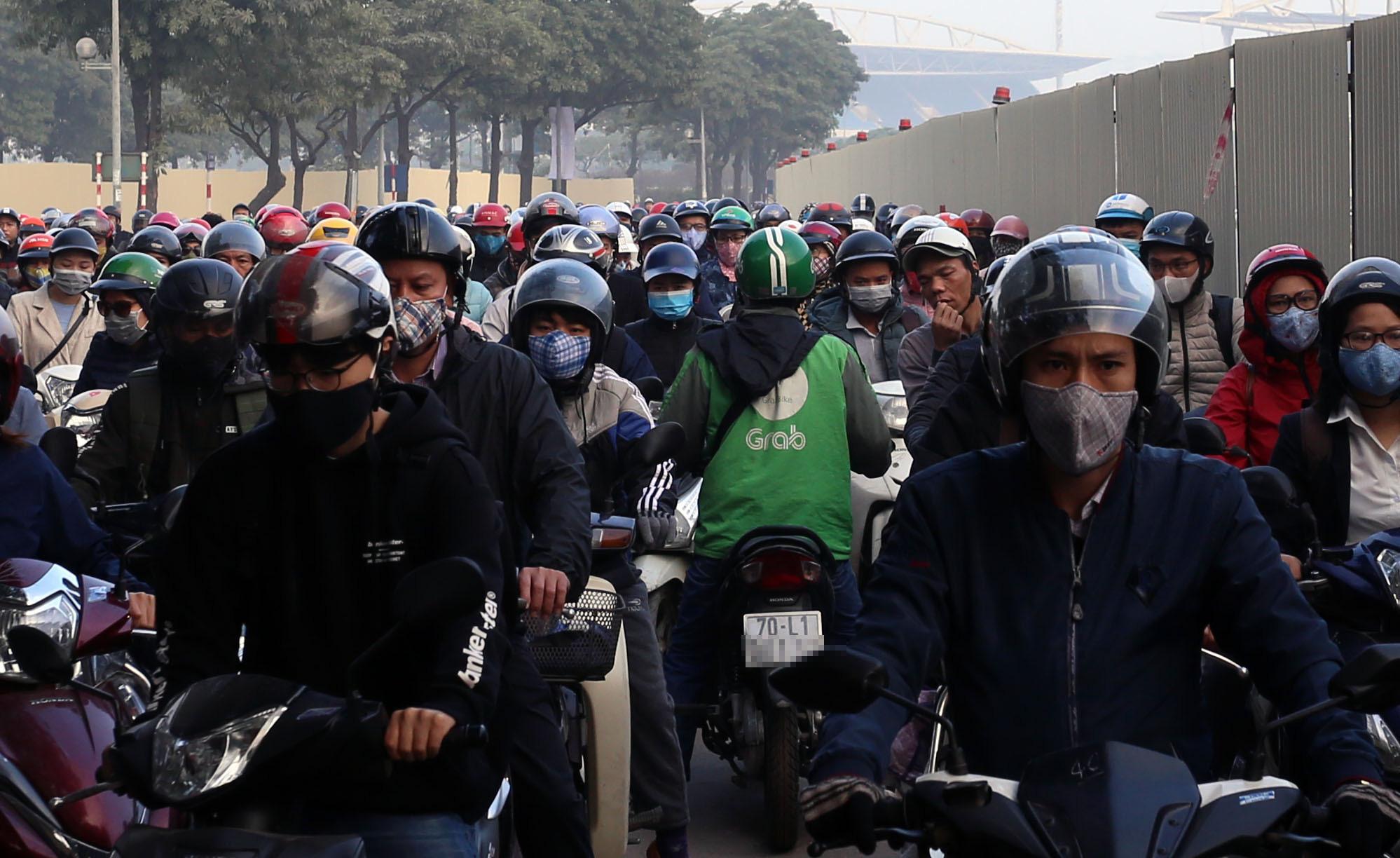 Ùn tắc và ô nhiễm không khí ở Hà Nội: Hạn chế xe cá nhân vẫn là 'bài toán' nhạy cảm - Ảnh 4.