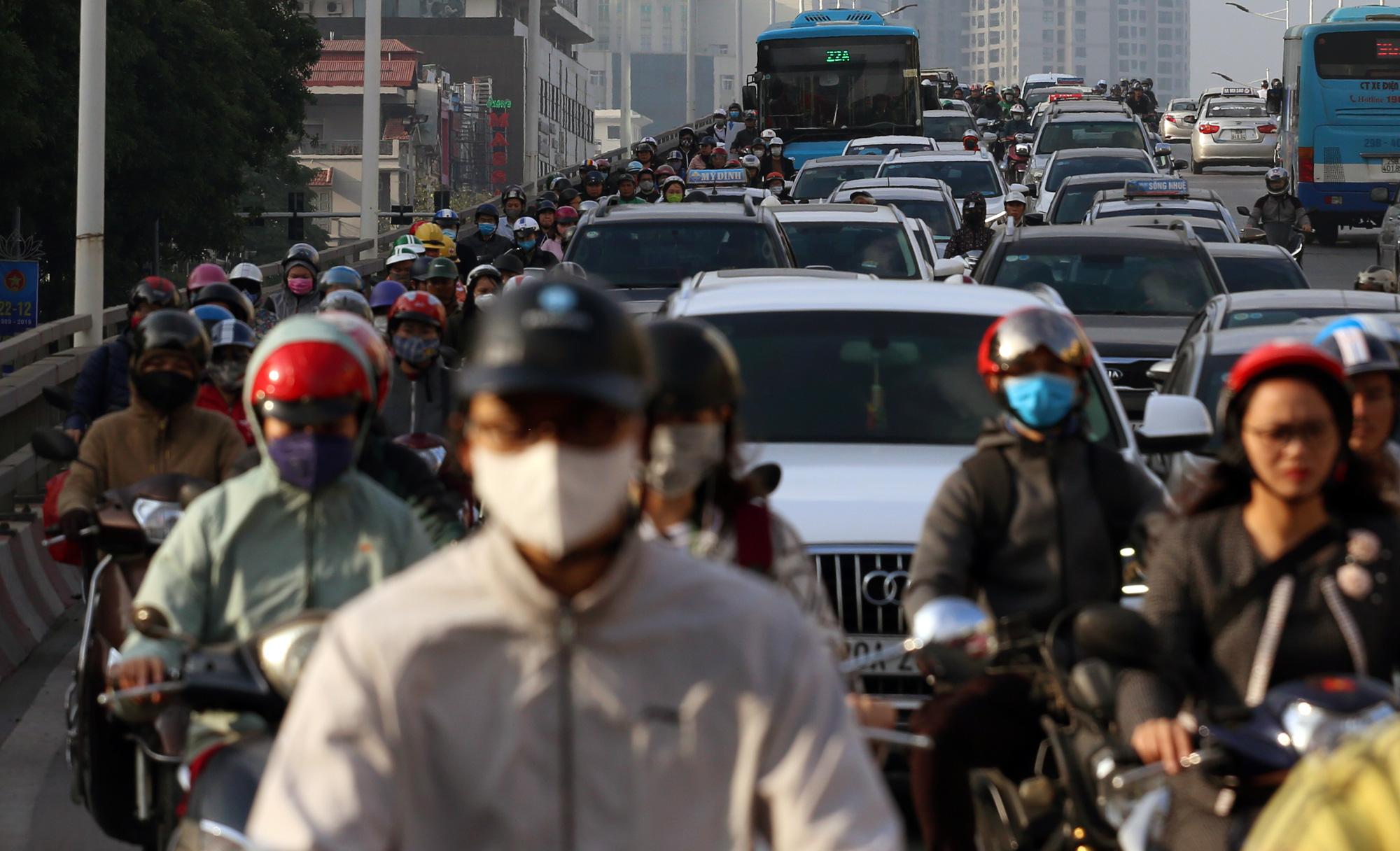 Hạn chế xe cá nhân chống ùn tắc và ô nhiễm không khí ở Hà Nội: Còn chờ xe buýt, tàu điện? - Ảnh 3.