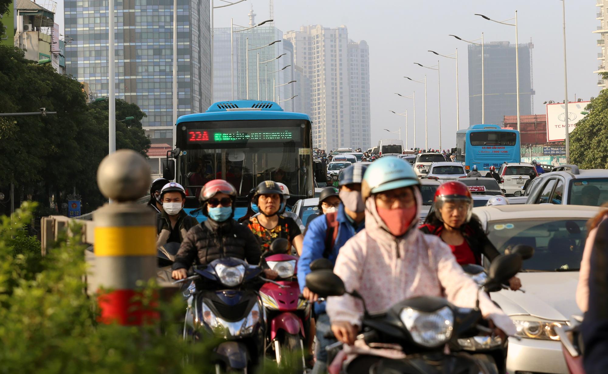 Hạn chế xe cá nhân chống ùn tắc và ô nhiễm không khí ở Hà Nội: Còn chờ xe buýt, tàu điện? - Ảnh 4.