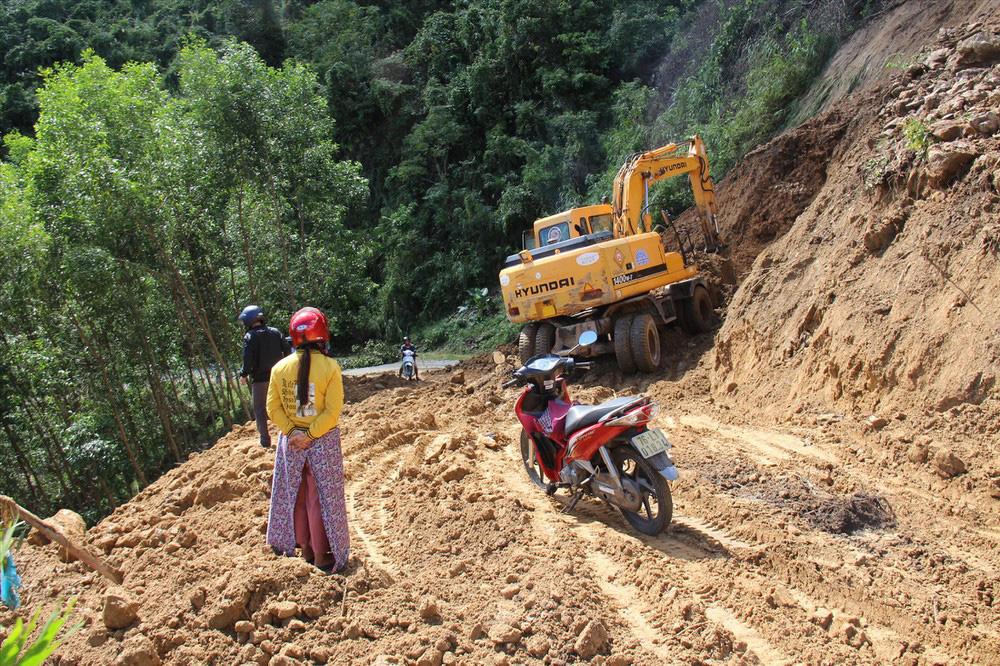 Băng rừng, lội suối vượt gần 150 km để… rút tiền lương! - Ảnh 1.