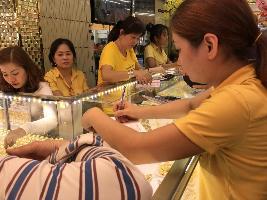 Giá vàng tăng sốc ngày cuối năm, vượt mốc 43 triệu đồng mỗi lượng, chưa đầy 10 ngày đã tăng hơn triệu đồng - Ảnh 1.