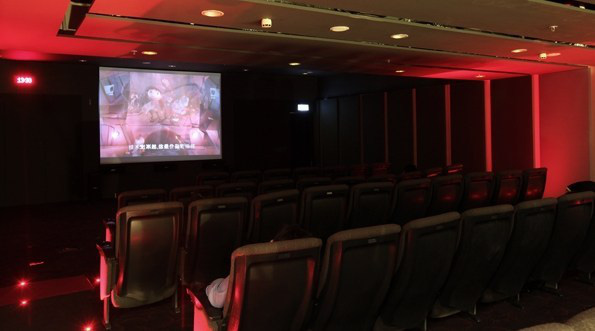 Awesome-Airport-Facilities-around-the-World-Movie-Theater