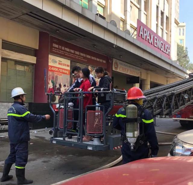 Hà Nội: Cháy phòng giao dịch ngân hàng ngay dưới tầng 1 chung cư - Ảnh 1.