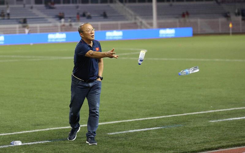 Sau chiến thắng 4-0, HLV Park Hang Seo cùng học trò nhặt rác tại sân Riazal - Ảnh 1.