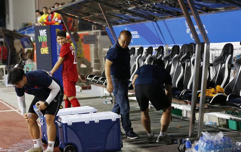 Sau chiến thắng 4-0, HLV Park Hang Seo cùng học trò nhặt rác tại sân Riazal - Ảnh 3.