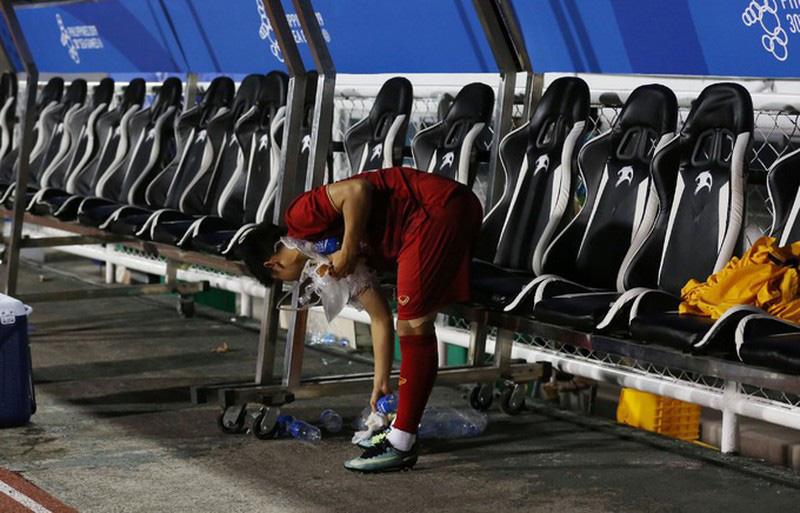 Sau chiến thắng 4-0, HLV Park Hang Seo cùng học trò nhặt rác tại sân Riazal - Ảnh 4.