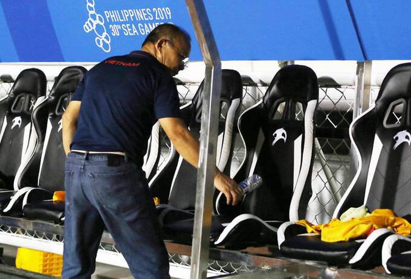 Sau chiến thắng 4-0, HLV Park Hang Seo cùng học trò nhặt rác tại sân Riazal - Ảnh 5.