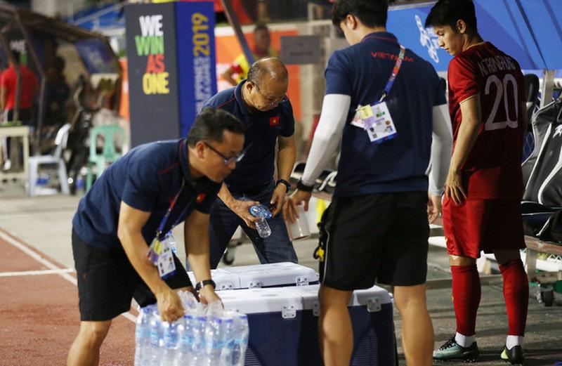 Sau chiến thắng 4-0, HLV Park Hang Seo cùng học trò nhặt rác tại sân Riazal - Ảnh 7.