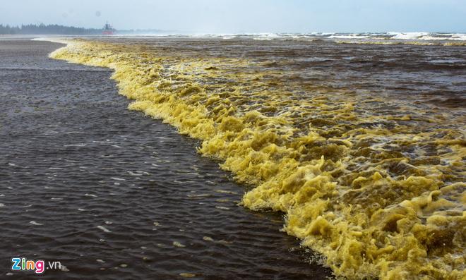 Cảnh sát điều tra nguyên nhân nước biển màu cà phê ở Quảng Ngãi - Ảnh 1.