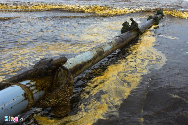 Cảnh sát điều tra nguyên nhân nước biển màu cà phê ở Quảng Ngãi - Ảnh 2.