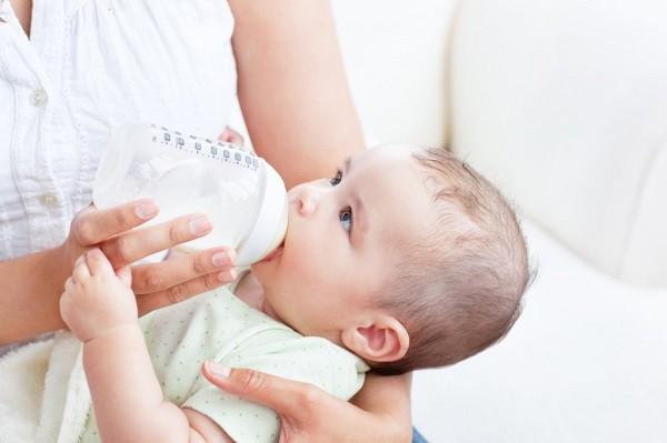 Những cách hạ sốt cấp tốc cho trẻ sơ sinh và mẹ sau sinh - Ảnh 2.