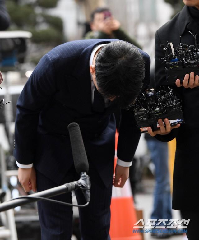 Seungri cúi gập người xin lỗi người hâm mộ  - Ảnh 3.