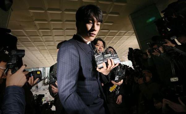 Seungri cúi gập người xin lỗi người hâm mộ  - Ảnh 2.
