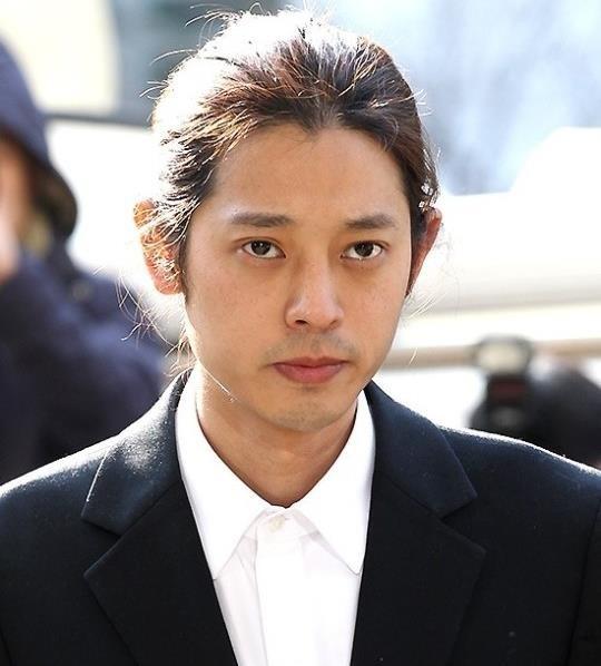Jung Joon Young bị bủa vây khi tới sở cảnh sát để khai về clip nóng - Ảnh 1.