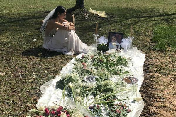 Mặc váy cô dâu đến thăm mộ hôn phu bị sát hại trước ngày cưới - Ảnh 1.