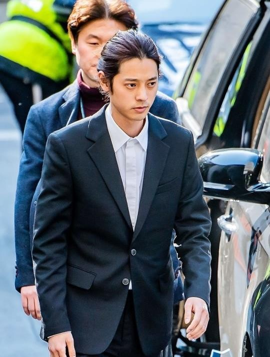 Jung Joon Young bị bủa vây khi tới sở cảnh sát để khai về clip nóng - Ảnh 2.