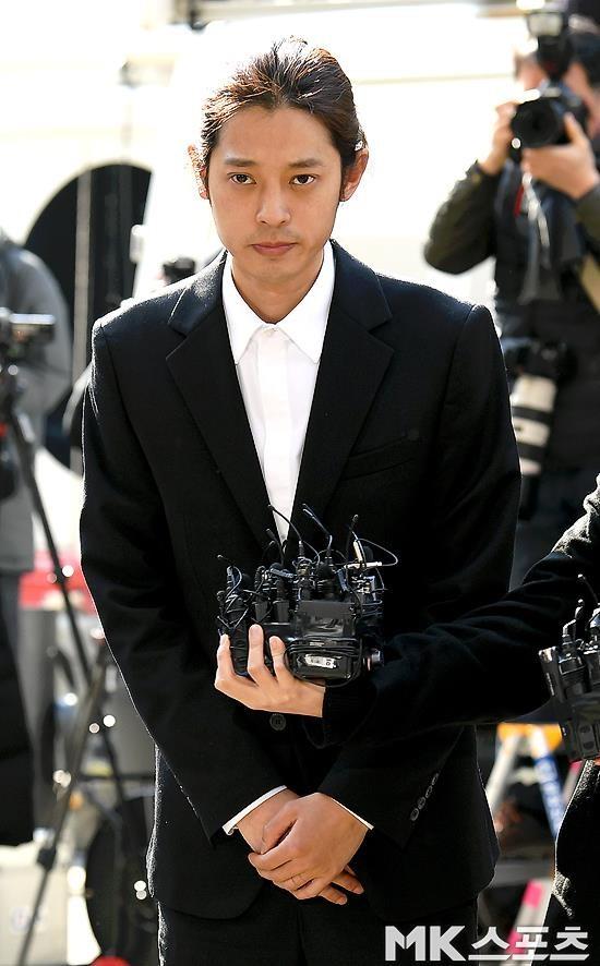 Jung Joon Young bị bủa vây khi tới sở cảnh sát để khai về clip nóng - Ảnh 3.