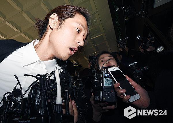 Jung Joon Young bị bủa vây khi tới sở cảnh sát để khai về clip nóng - Ảnh 6.