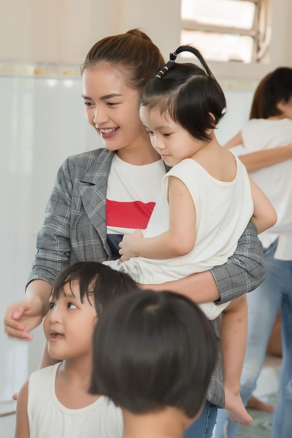 Sao Việt hôm nay (15/3): Hương Giang khoe sắc với áo dài trắng, Ali Hoàng Dương phát hành sản phẩm mới - Ảnh 10.