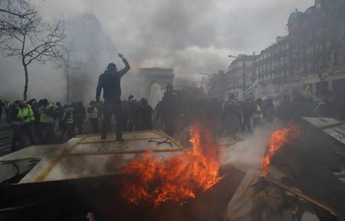 Biểu tình áo vàng biến thành bạo động ở Paris, hơn 200 người bị bắt - Ảnh 1.