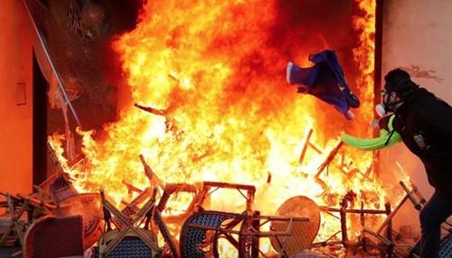 Biểu tình áo vàng biến thành bạo động ở Paris, hơn 200 người bị bắt - Ảnh 2.