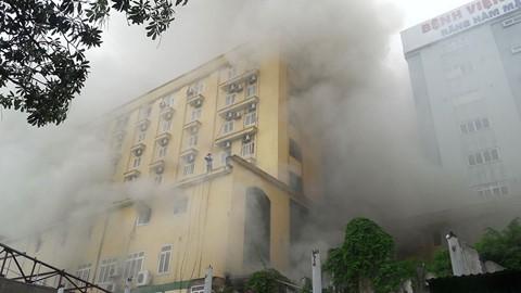 Nghệ An: Dùng 15 xe chữa cháy để dập tắt ngọn lửa ở tổ hợp khách sạn Avata - Ảnh 1.