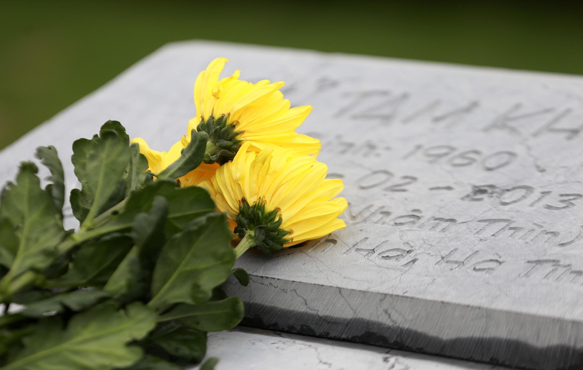 Cận Tết Thanh minh, nhiều gia đình tranh thủ đi tảo mộ sớm ngày cuối tuần - Ảnh 7.