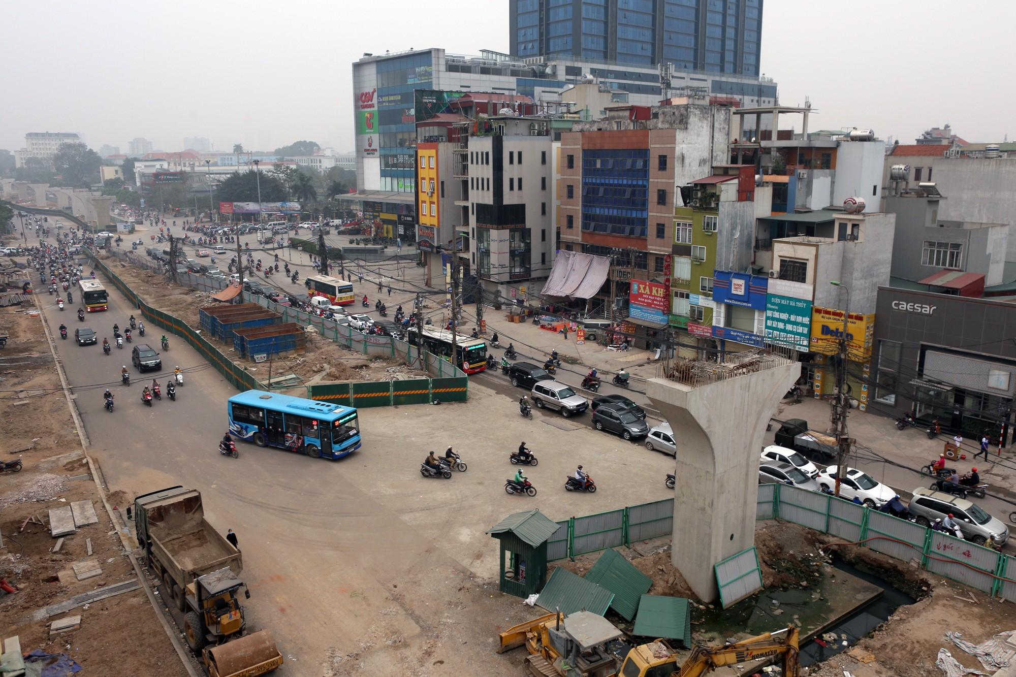 Hà Nội: Xe máy khốn khổ ở đường Trường Chinh - Ảnh 1.