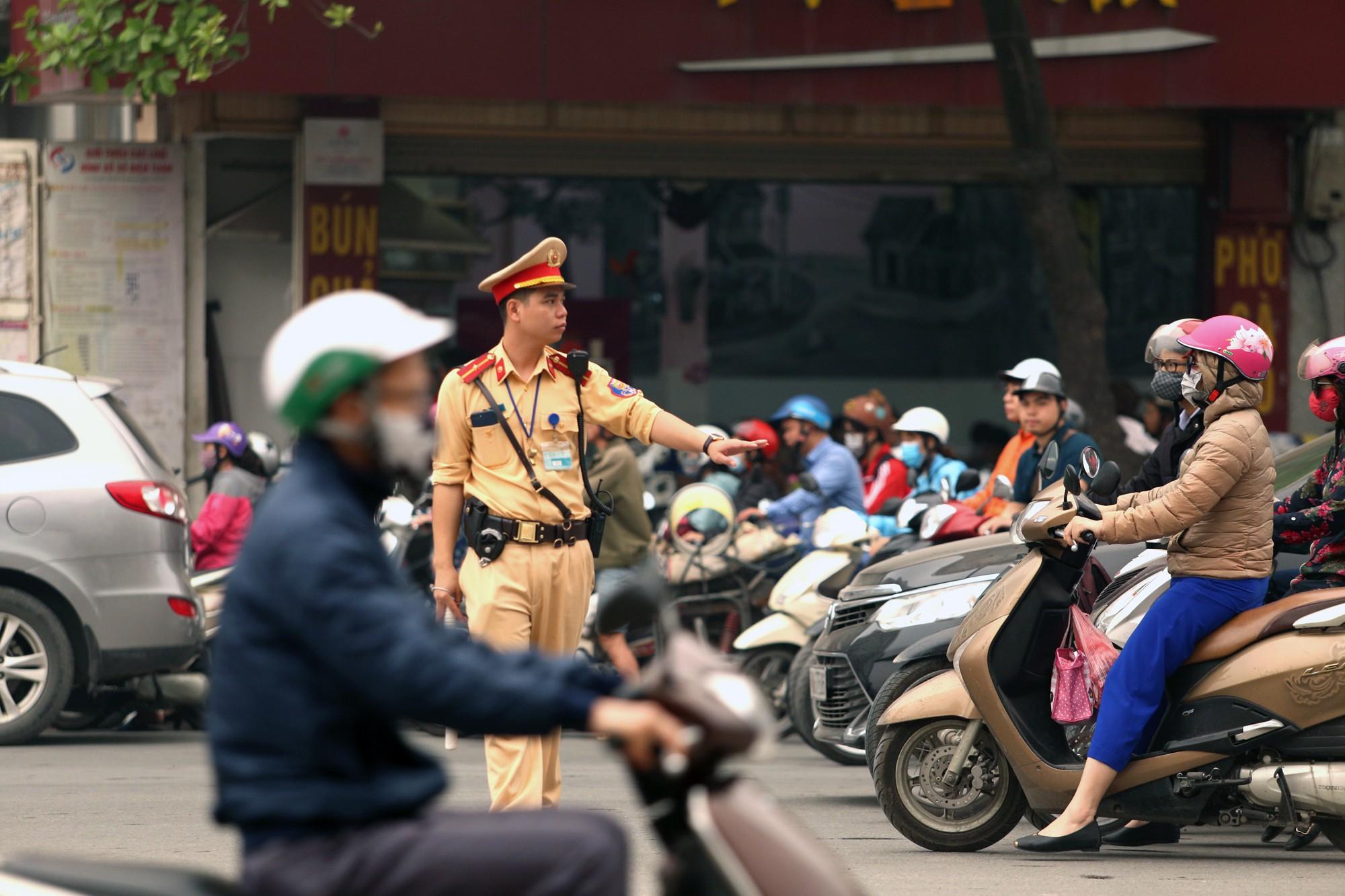 Hà Nội: Xe máy khốn khổ ở đường Trường Chinh - Ảnh 14.