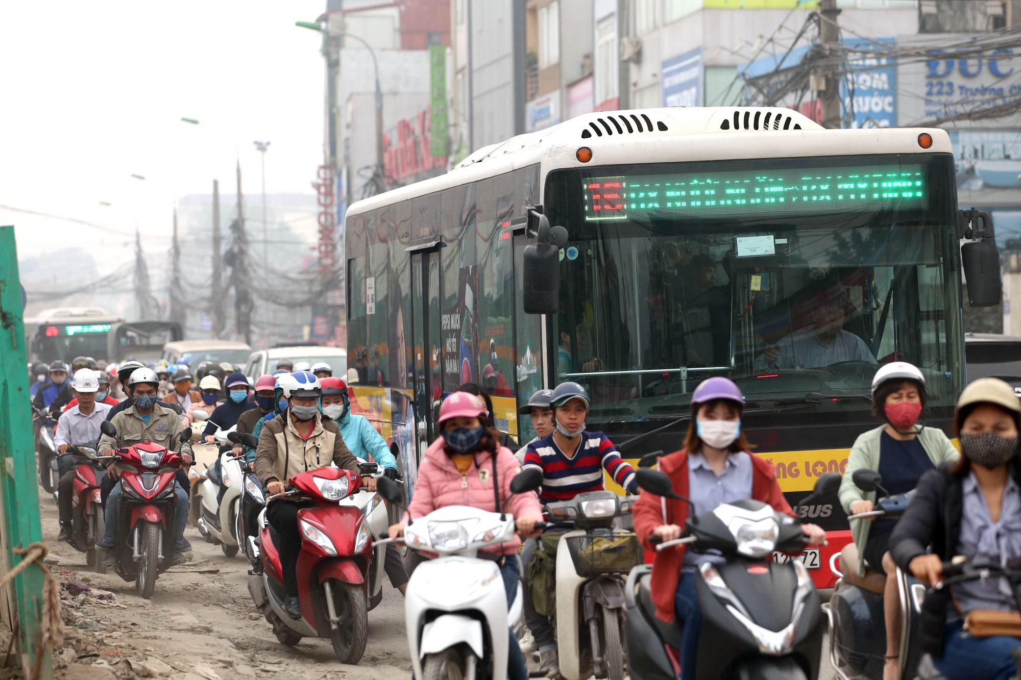 Hà Nội: Xe máy khốn khổ ở đường Trường Chinh - Ảnh 5.