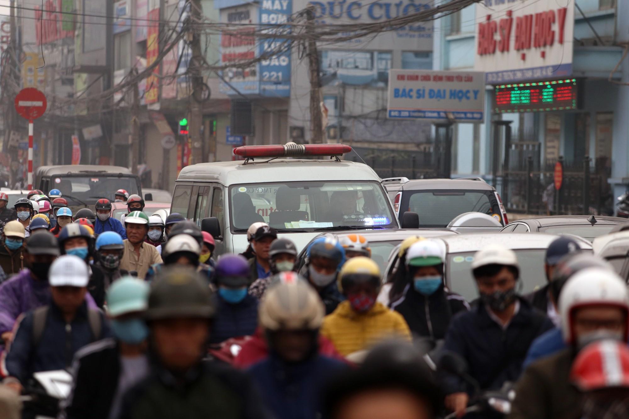 Hà Nội: Xe máy khốn khổ ở đường Trường Chinh - Ảnh 8.