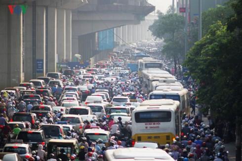 Cấm xe máy, cấm ô tô và thói quen đi lại hình thành từ kinh tế vỉa hè - Ảnh 1.