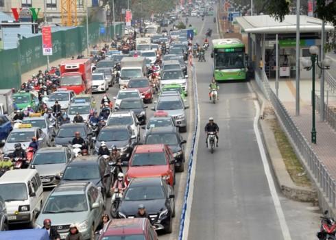 Cấm xe máy, cấm ô tô và thói quen đi lại hình thành từ kinh tế vỉa hè - Ảnh 2.
