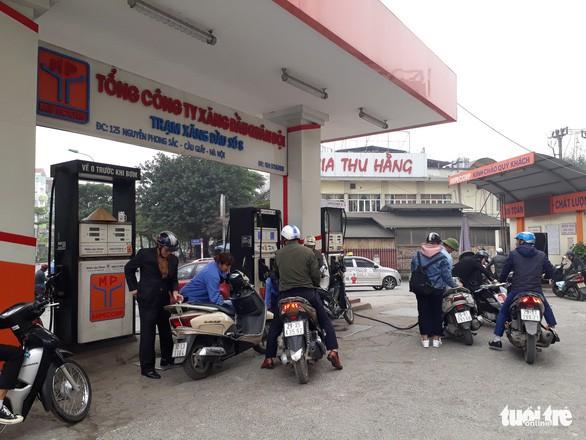 Một số cửa hàng ở Hà Nội dừng bán xăng RON95 - Ảnh 2.